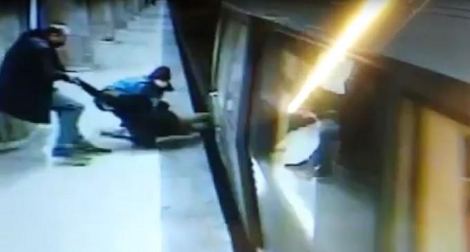 VIDEO Un bărbat sare pe linia de metrou și este tras în ultima clipă din fața trenului – Esential