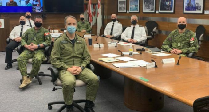 """Armata canadiană vorbește despre diversitate cu o fotografie în care apar 8 bărbați albi / """"E vorba despre gradele diferite de pierdere a părului?"""" – International"""