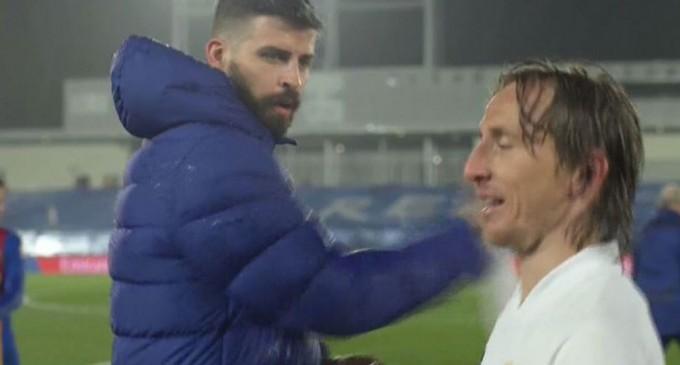 """DigiSport: """"Te duci să te plângi?"""" Dialog neașteptat între Modric și Pique la finalul lui El Clasico. Clipul devenit viral. VIDEO – Fotbal"""