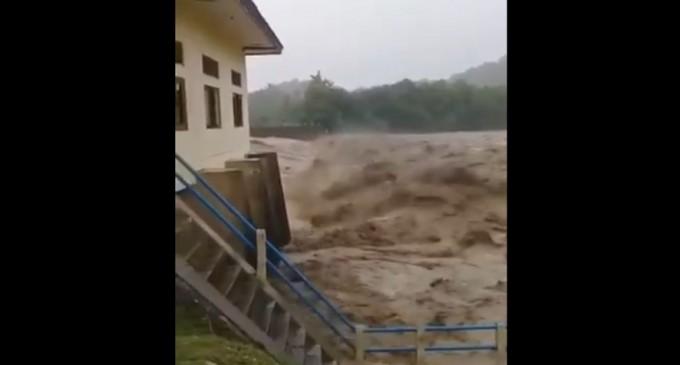 VIDEO Indonezia: 41 de persoane au murit, zeci de oameni sunt dispăruţi după alunecări de teren şi inundaţii – International