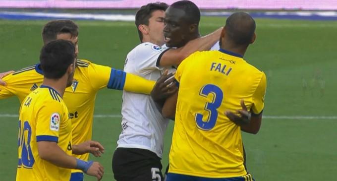 Scandal în La Liga – Jucătorii Valenciei au părăsit terenul după ce Diakhaby ar fi fost victima unor insulte rasiste – Fotbal