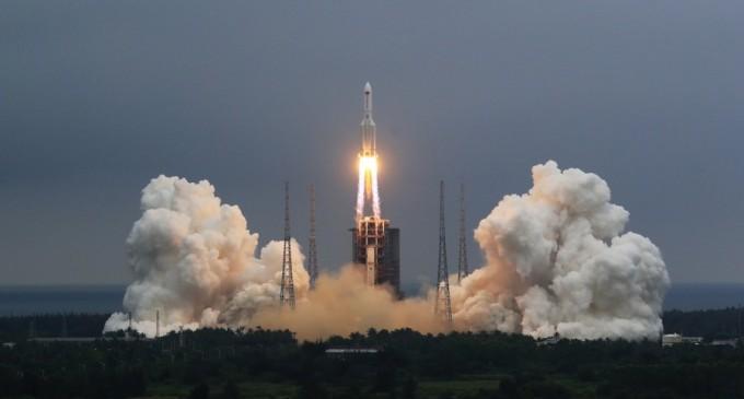 Racheta lansată de China pe orbită luna trecută se prăbușește necontrolat și ar putea ateriza într-o zonă locuită – International