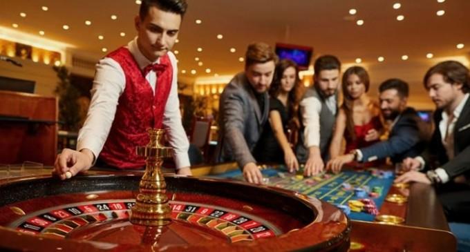 Jocul la ruletă în cazinourile online. Ce diferă față de jocul stradal și ce strategii folosesc pasionații
