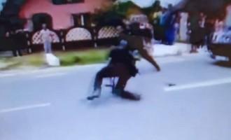 Polițisti amenințați și loviți cu parul/Ziua si ultrajul.